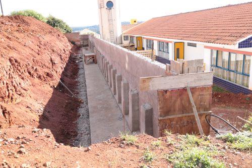 Muro entre Cmeis em fase final