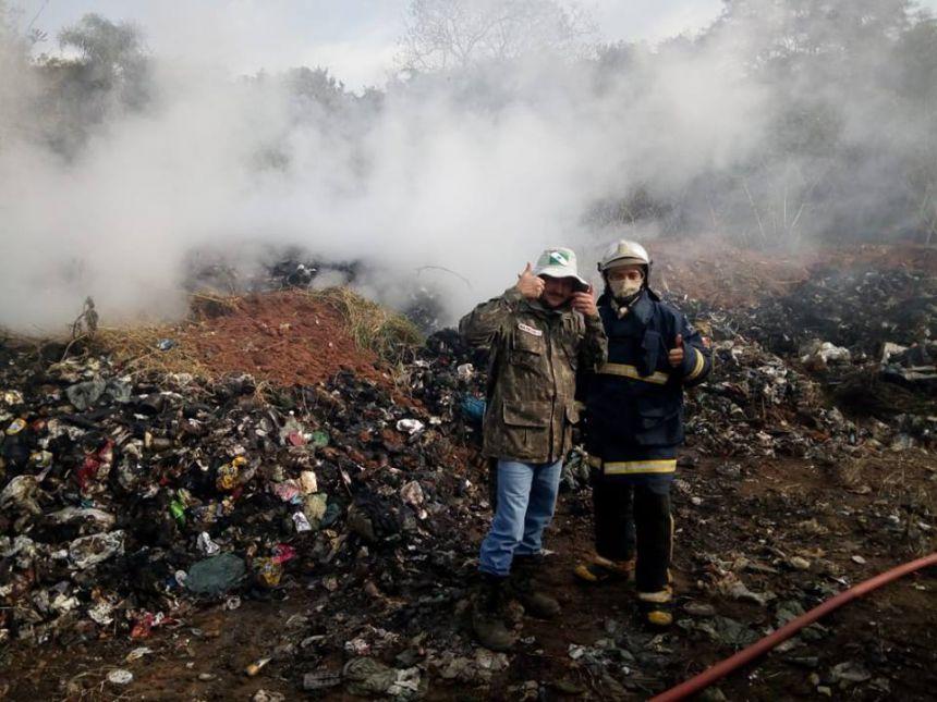 Trabalhos para controle de incêndio no antigo lixão