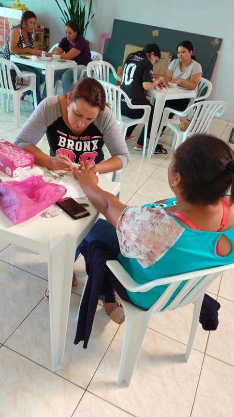 Assistência Social realiza oficina de manicure - Técnica de desenho do espartilho