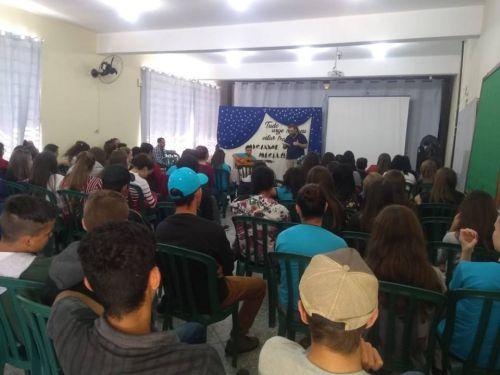 ESCRITOR LUIZ FELIPE LEPREVOST CONVERSA COM ESTUDANTES DO ENSINO MÉDIO, EM CÂNDIDO DE ABREU