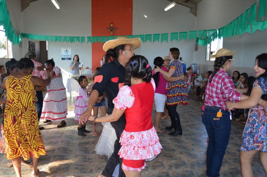 """Assistência Social realiza Festa Junina do grupo """"Convivendo na Melhor Idade"""" no Jardim Olivo Bálico"""