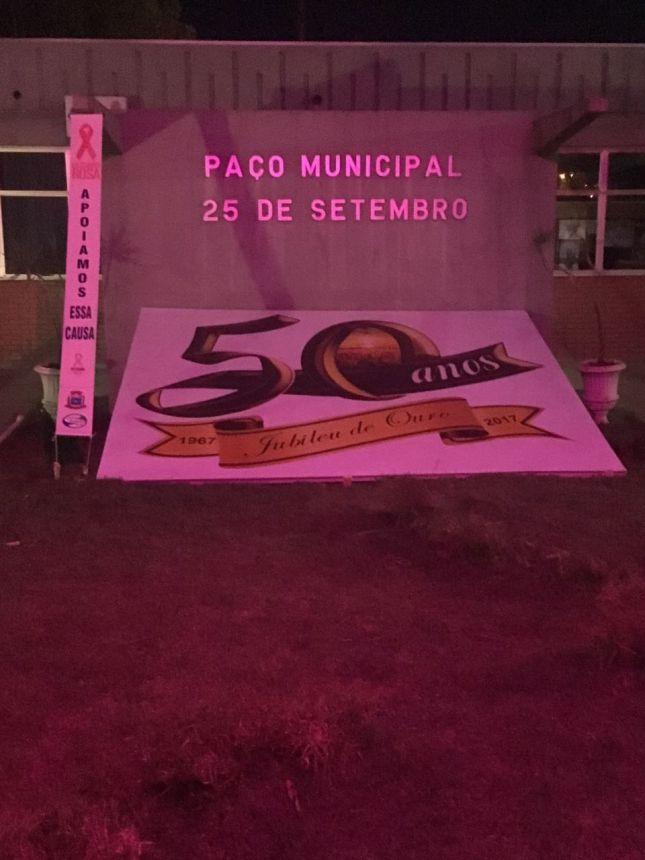 Prédios públicos recebem iluminação rosa nesse mês de Outubro