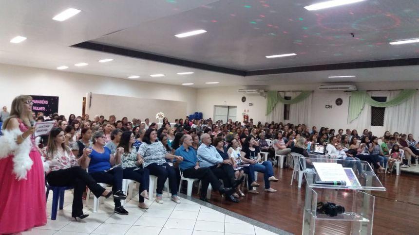Centenas de mulheres prestigiam palestra show em comemoração ao Dia da Mulher