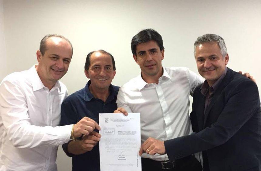 Prefeito Pecinha entrega ofício ao Deputado André Bueno