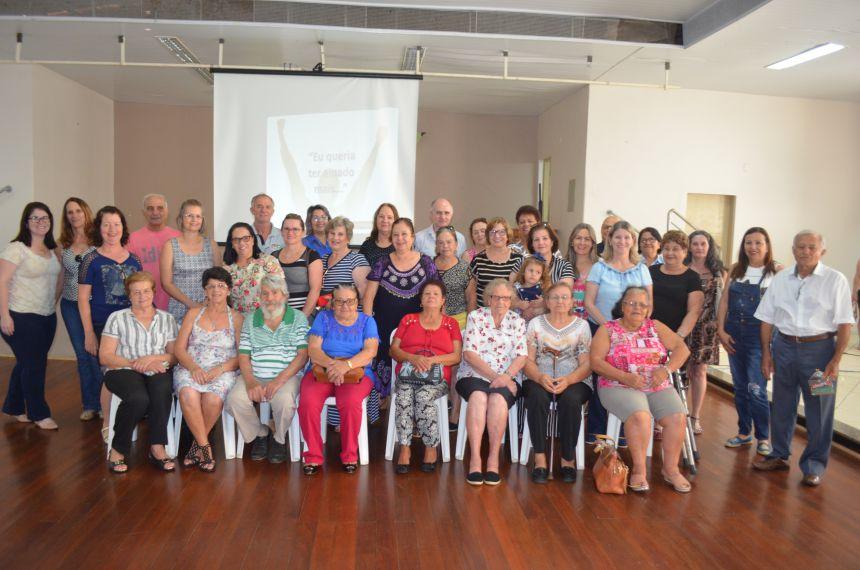 Professores aposentados recebem homenagem do município pelo Dia do Professor