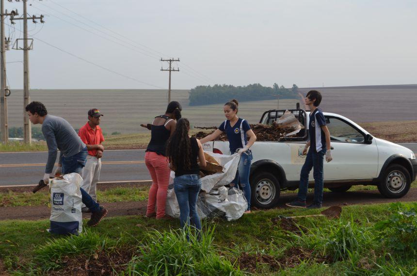 Colégio Machado de Assis realiza limpeza na pista da caminhada às margens da rodovia