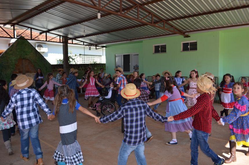 Escola Custódia Colbacho Tragueta realiza apresentação junina e café com idosos do Lar São Roque