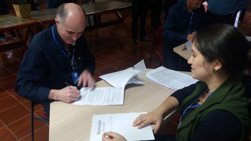 Prefeito Pedro assina convênio junto à Caixa para aquisição de equipamentos agrícolas durante assembleia descentralizada da AMOP