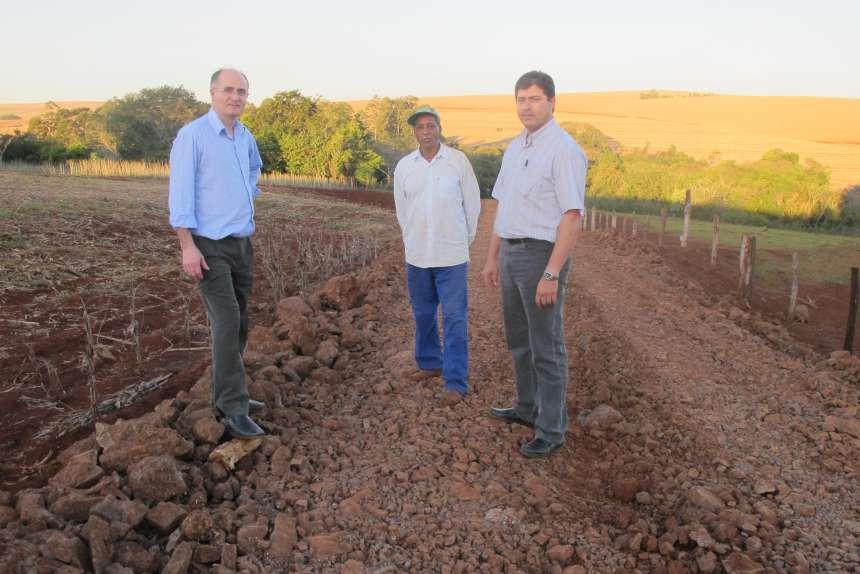 Morador comemora melhoria em Estrada Rural do Município