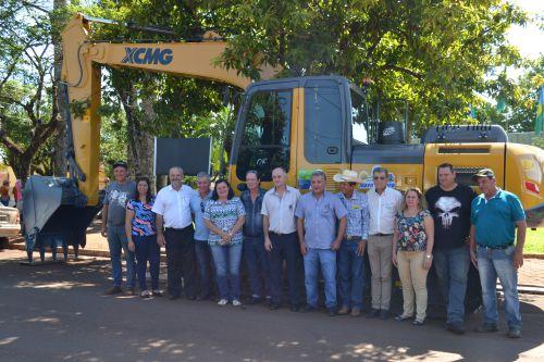 Nova Aurora entrega escavadeira hidráulica e kit para bobcat ; equipamentos auxiliarão no setor rodoviário