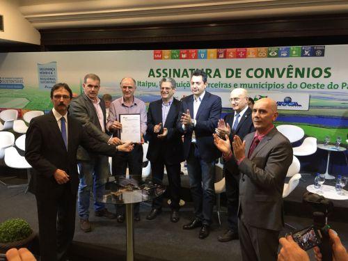 Nova Aurora assina convênio com Itaipu para iluminação do estádio municipal e conquista recursos para veículo