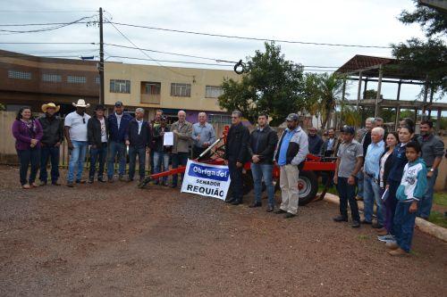 Nova Aurora repassa para Associação de Moradores equipamentos agrícolas