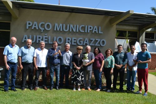 Paço Municipal passa a se chamar Aurélio Regazzo e município entrega letreiro oficial