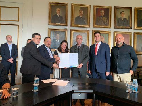 Prefeito Pedro assina convênio para compra de Raio X através de deputado Hussen