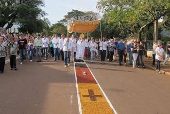 Centenas de fieis participam da celebração de Corpus Christi