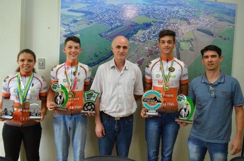 Prefeito recebe ciclistas de Nova Aurora e parabeniza os atletas pelas conquistas