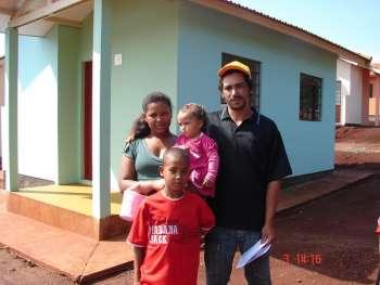 Família em sua nova moradia