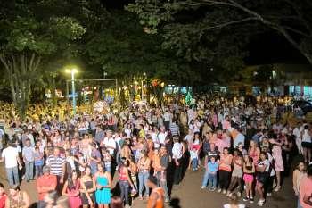 Comunidade reunida na praça Dos Pioneiros deus as boas vindas ao no de 2012