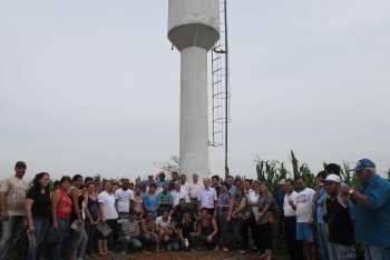 Administração de Nova Aurora entrega saneamento rural a 25 famílias da estrada Mandaguari