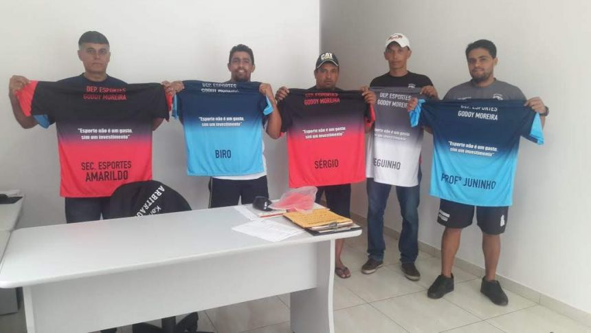 INTEGRANTES DO ESPORTE RECEBEM UNIFORME
