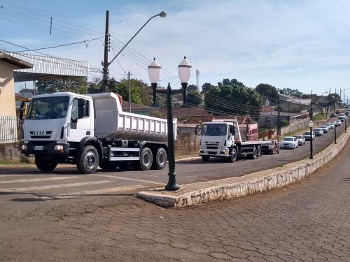 PREFEITURA DE GODOY MOREIRA RECEBE CAMINHÃO CAÇAMBA