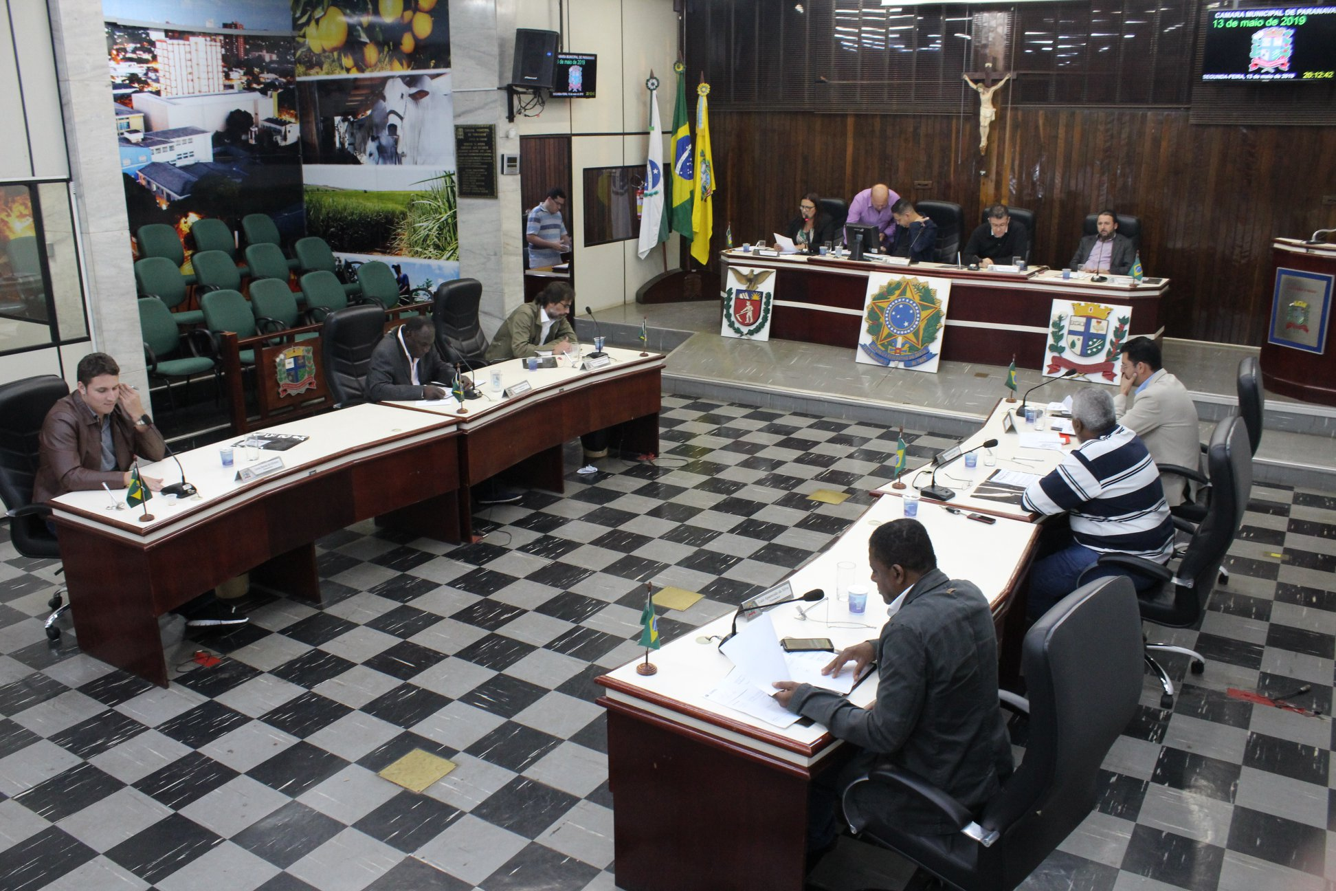 Parlamentares votam projeto