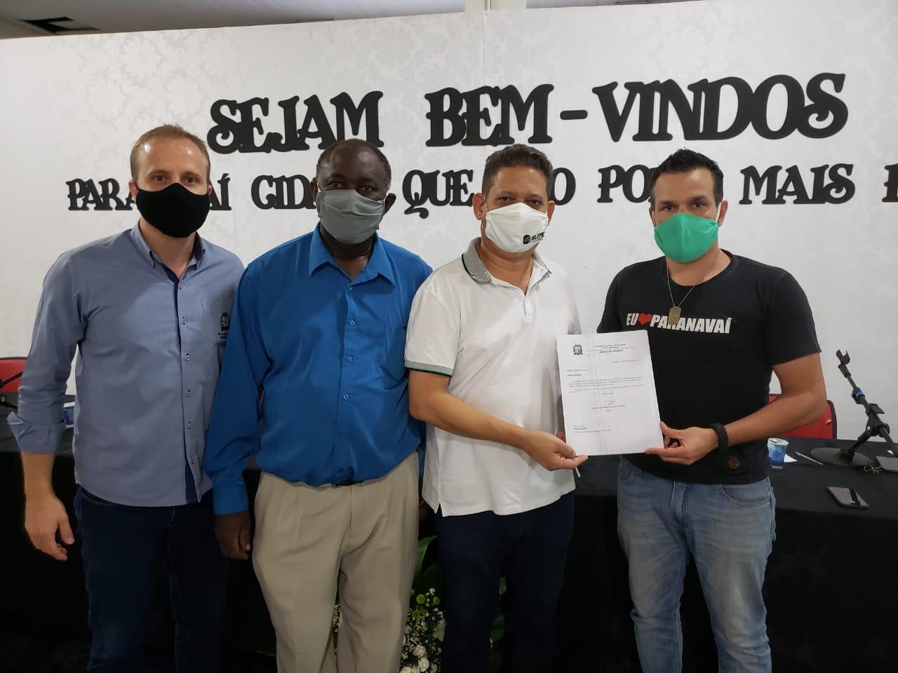 Na foto, o secretário de desenvolvimento econômico, Carlos Emanuel, os vereadores Sabino e Galvão e o prefeito Carlos Henrique Rossato Gomes.