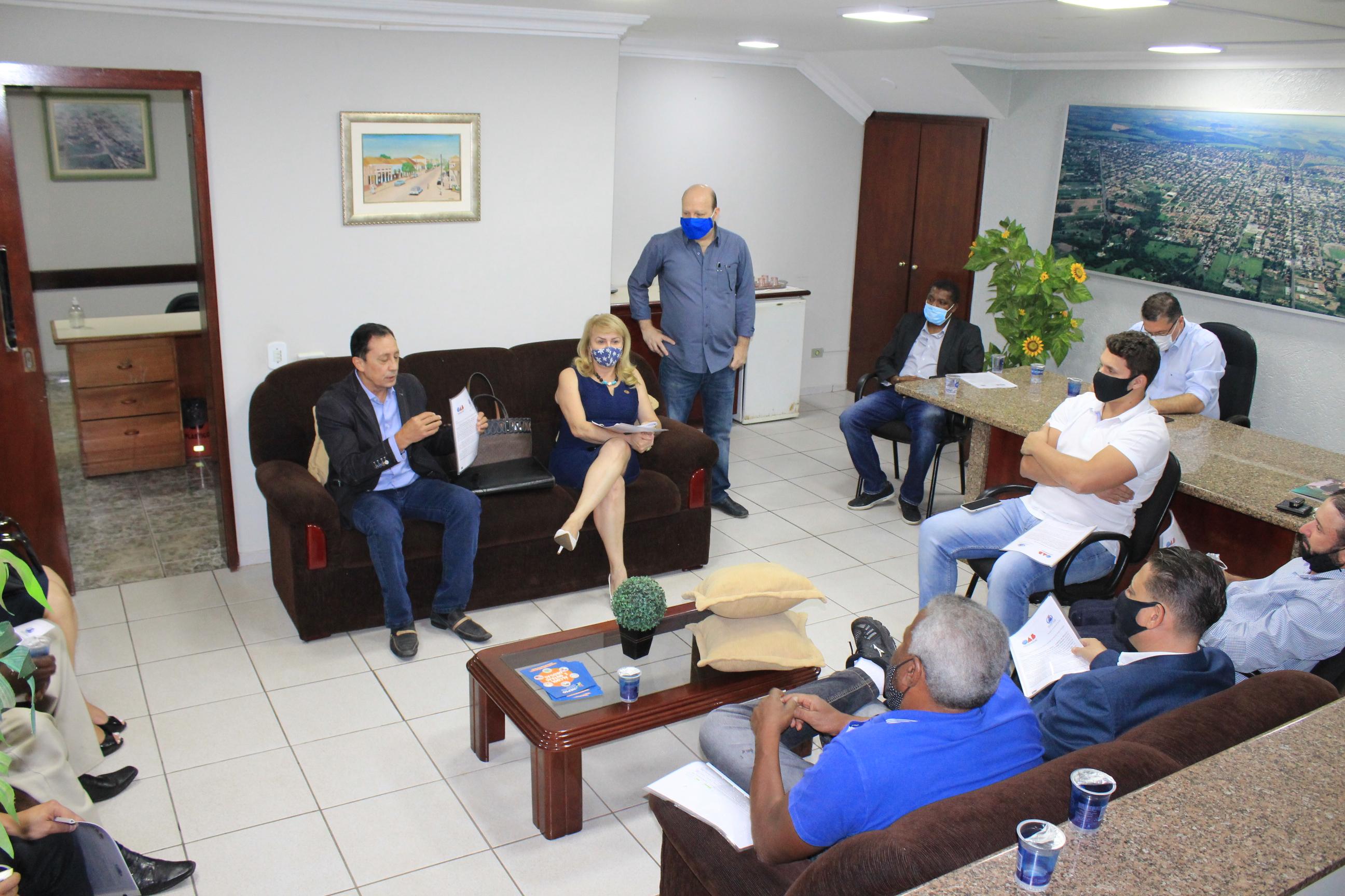 Coordenadores da Sociedade Civil Organizada e da OAB comparecem à Câmara para entrega de documento