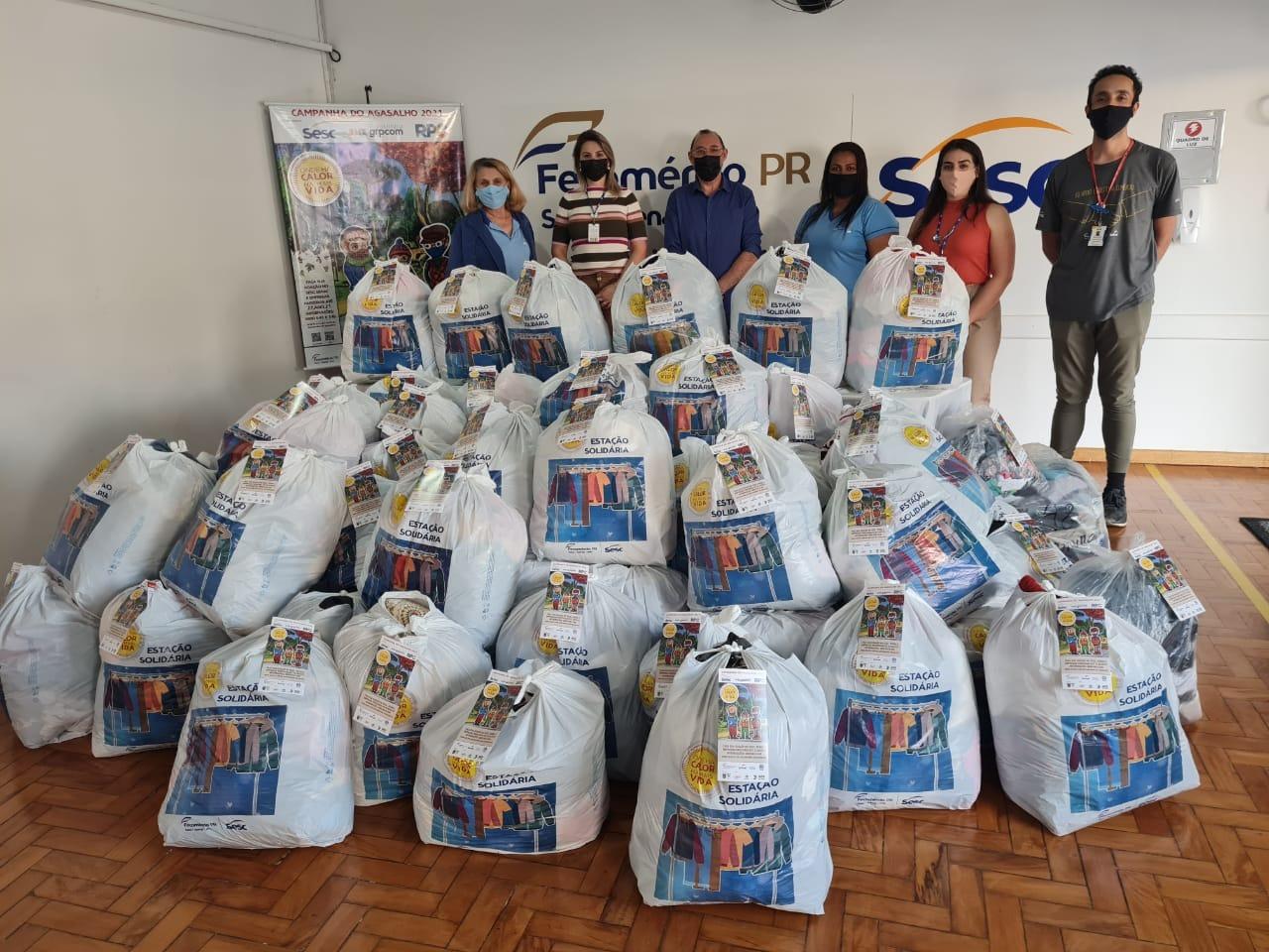 Parlamentar participa da entrega de roupas arrecadadas pelo Sesc