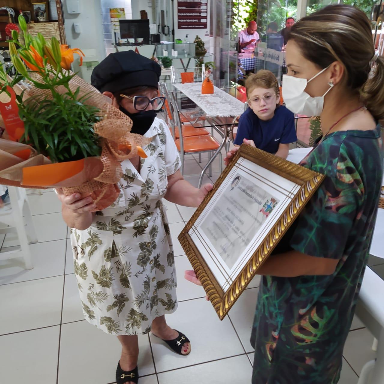 Maria Helena dos Santos é homenageada com Diploma Vereadora Edna de Almeida Andrioli