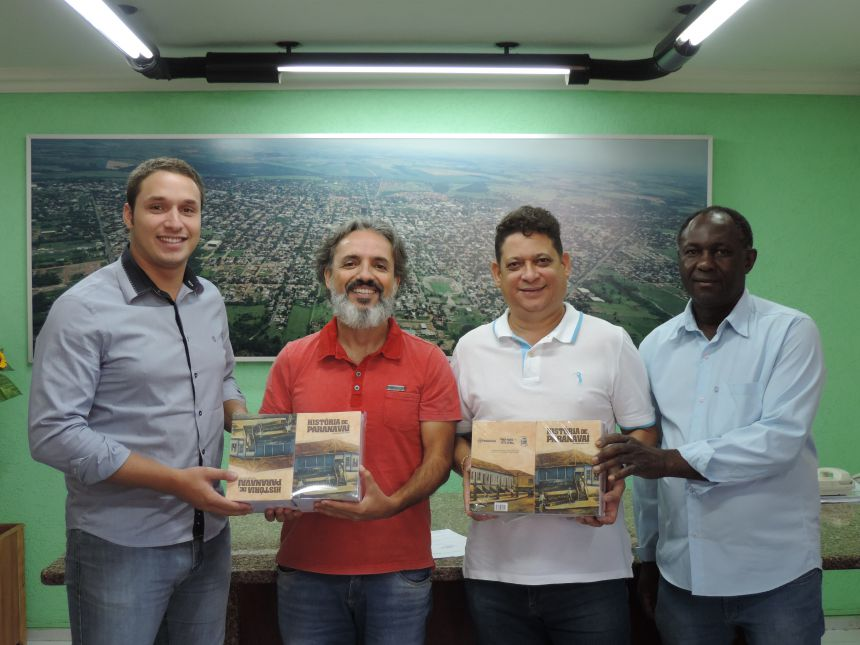 Legislativo recebe edições do livro História de Paranavaí
