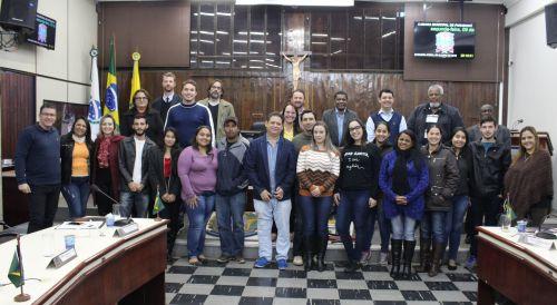 Pais e professores do CMEI Alzira estiveram nesta segunda, na Câmara
