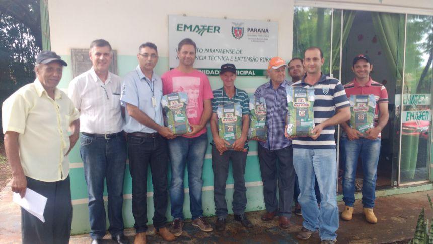 EMATER REALIZA ENTREGA DE SEMENTES DE BRAQUIARIAS PARA AGRICULTORES