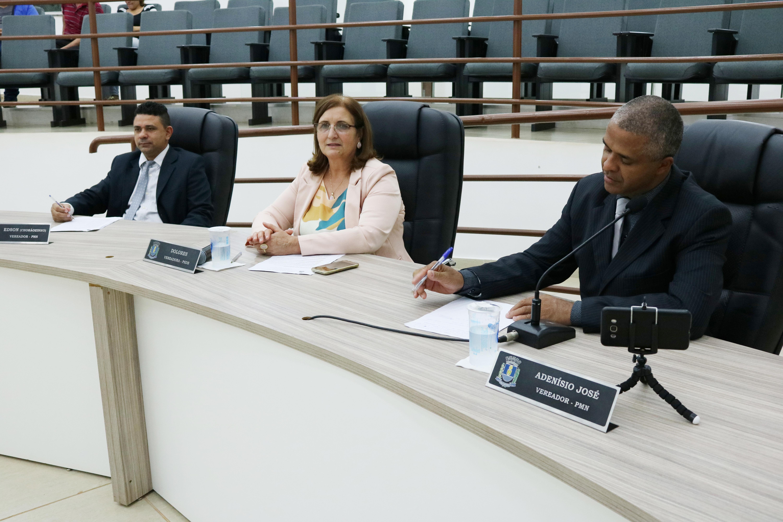 Vereadores discutem oito projetos de lei em plenário