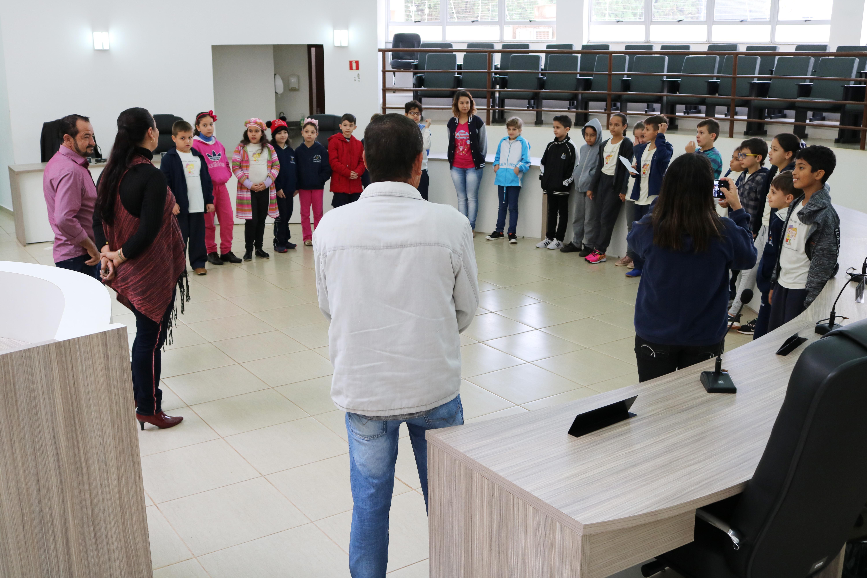 Alunos da Escola San Mateus visitam a Câmara de Paiçandu