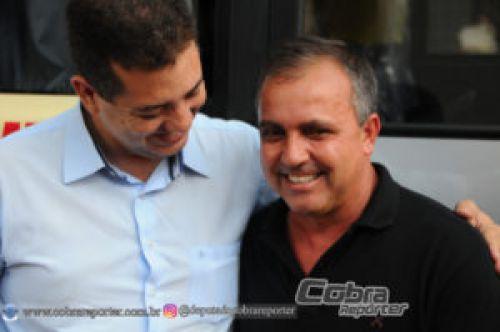 Cobra Repórter entrega ônibus para Munhoz de Mello