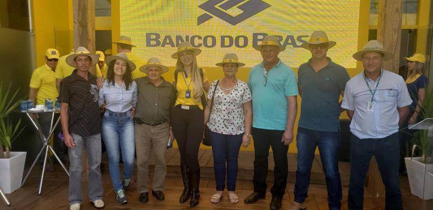 PRODUTORES RURAIS DE CATANDUVAS RECEBEM TRATOR AGRÍCOLA DO GOVERNADOR RATINHO JUNIOR