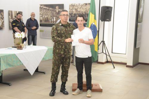 JURAMENTO DA BANDEIRA E DISPENSA DO SERVIÇO MILITAR EM CATANDUVAS.
