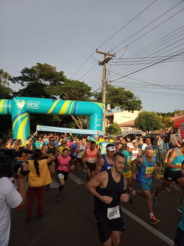 Atletas de Pérola se destacam no Circuito SESC de Corrida de Rua em Umuarama.