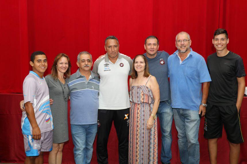 Secretaria de Esportes entrega Kits para alunos da Escolinha Furacão de futebol em Pérola.