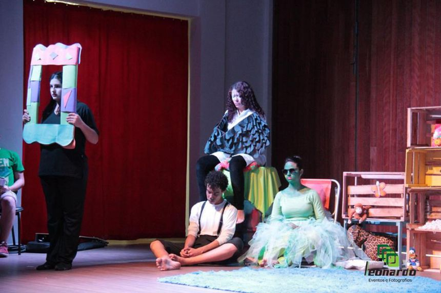 """Teatro no Centro Cultural, com a peça """"Vire a página""""."""