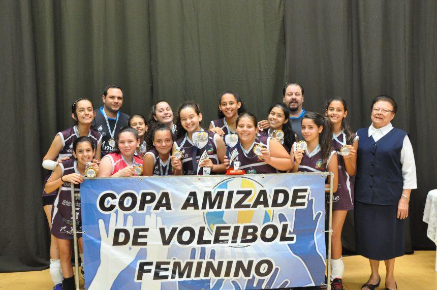 Voleibol de Pérola conquista etapa e fecha temporada em 3º lugar