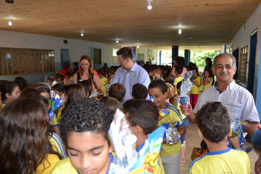 Darlan Scalco entrega ovos de Páscoa as crianças