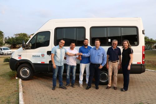 Prefeito Darlan Scalco entrega três novos veículos para aAPAE de Pérola