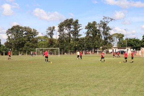 Visita técnica do Coordenador da Escola de Futebol Furacão Christian Korgut movimenta atletas da escolinha de Pérola.