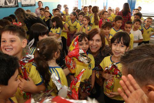 Prefeito Darlan visita escolas e festeja Páscoa com alunos.