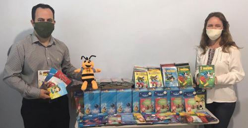 Contra os efeitos da pandemia, Cooperativa Sicredi doa livros infantis para serem distribuídos às crianças da rede municipal de ensino.