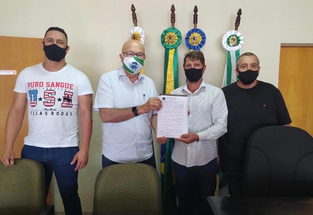 Presidente da Câmara de Vereadores Edmundo Lopes entrega em mãos o relatório final do Pedágio da Praça de Jataizinho.