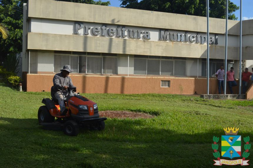 Prefeitura de Janiópolis adquire mini trator cortador de grama