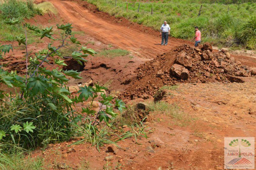 Prefeitura recupera estrada e ponte na região de Bredápolis